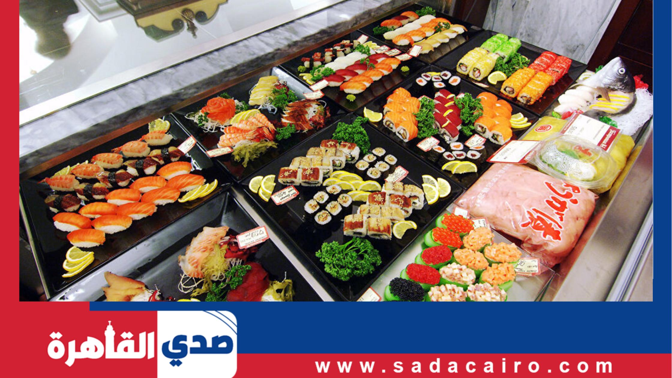 بالفيديو.. مطعم سوشي يقدم خدماته من خلال أشخاص مفتولي العضلات