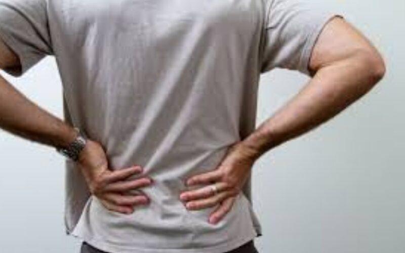 أسباب وجود ألم في الجانب الأيمن من الظهر وعلاجه